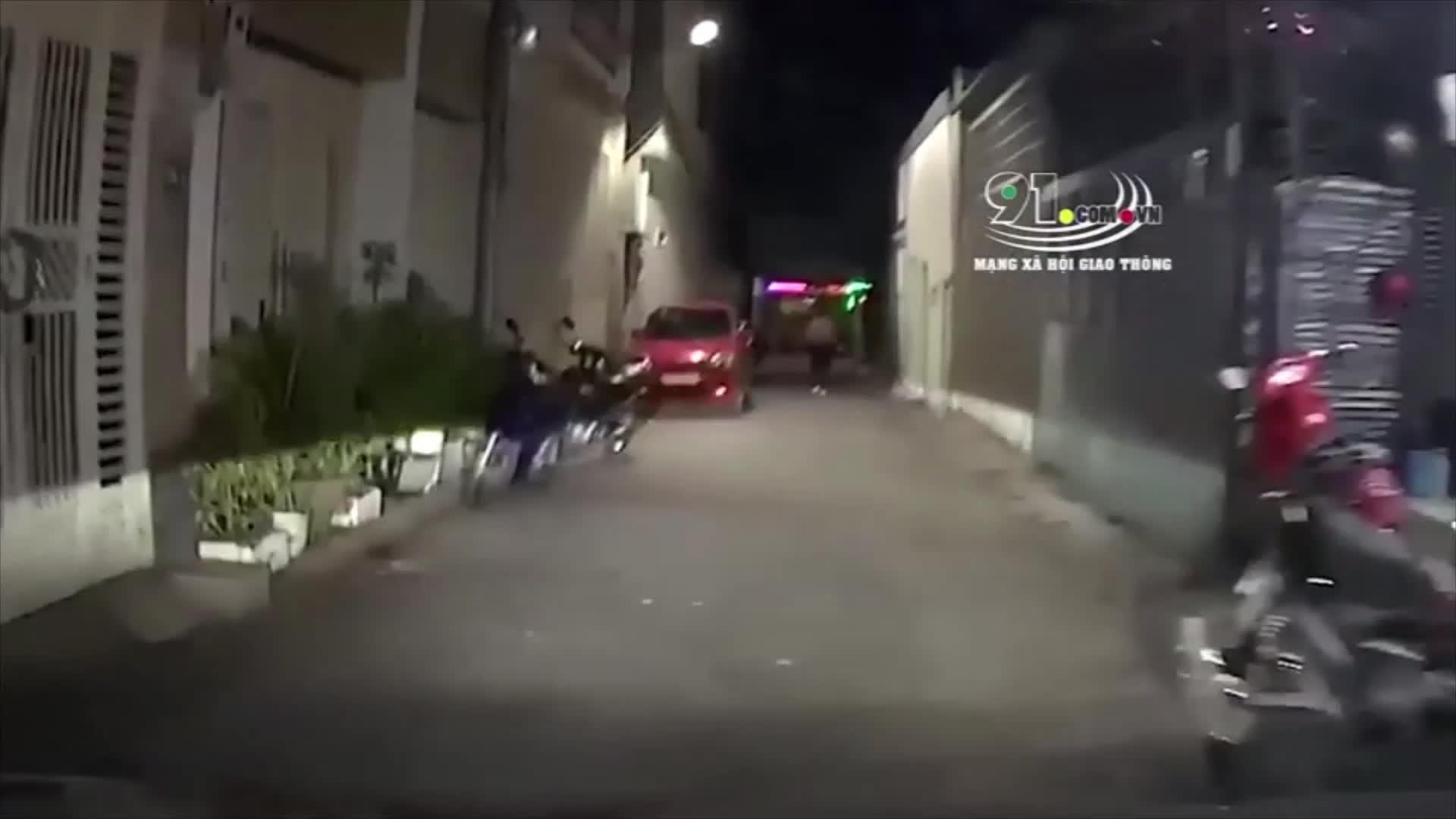 Người phụ nữ cố tình chặn đầu trước ô tô