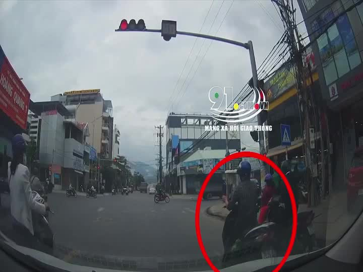 Vượt đèn đỏ, người đàn ông đi xe máy bị xe ben cán nát, nhưng diễn biến kinh hoàng sau đó mới gây chú ý. Nguồn: MXH Giao thông