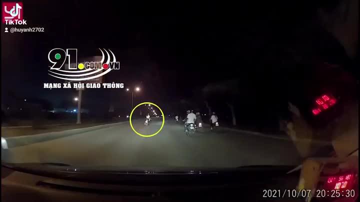 """Nam thanh niên chạy xe máy đánh võng trước đầu taxi khiến tài xế """"nóng máu"""""""
