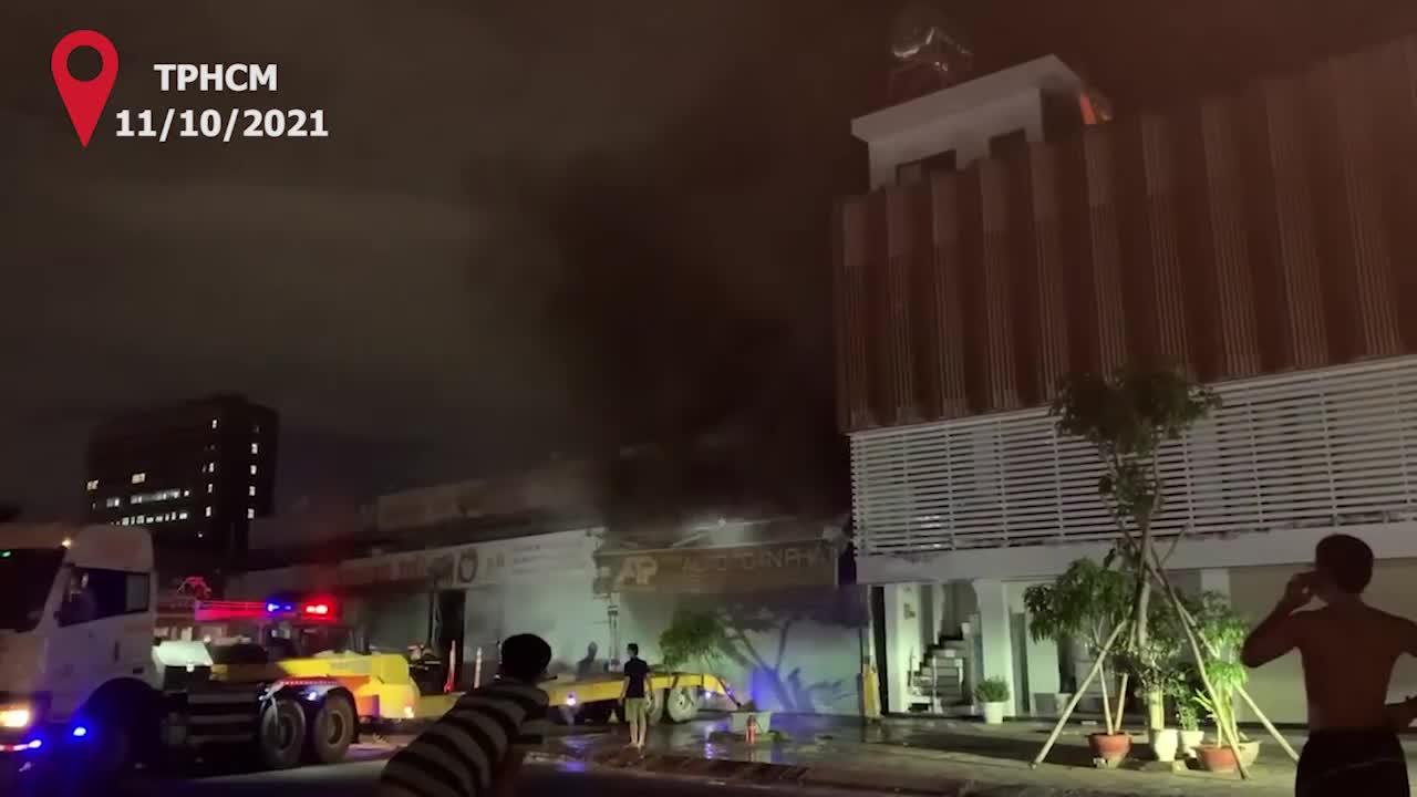 Cháy garage ô tô tại TP.HCM, 3 xe sang bị thiêu rụi. Video: Lê Tiên
