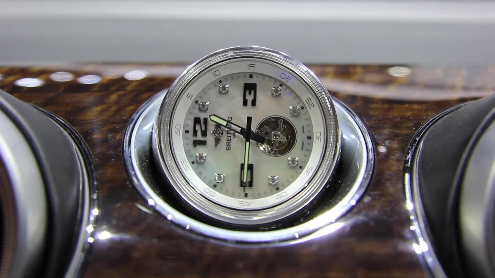 Thử đồng hồ giá gần 3 tỷ đồng trên Bentley Bentayga