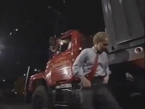 Màn ảo thuật kinh điển, cho xe tải cán qua người nhà ảo thuật