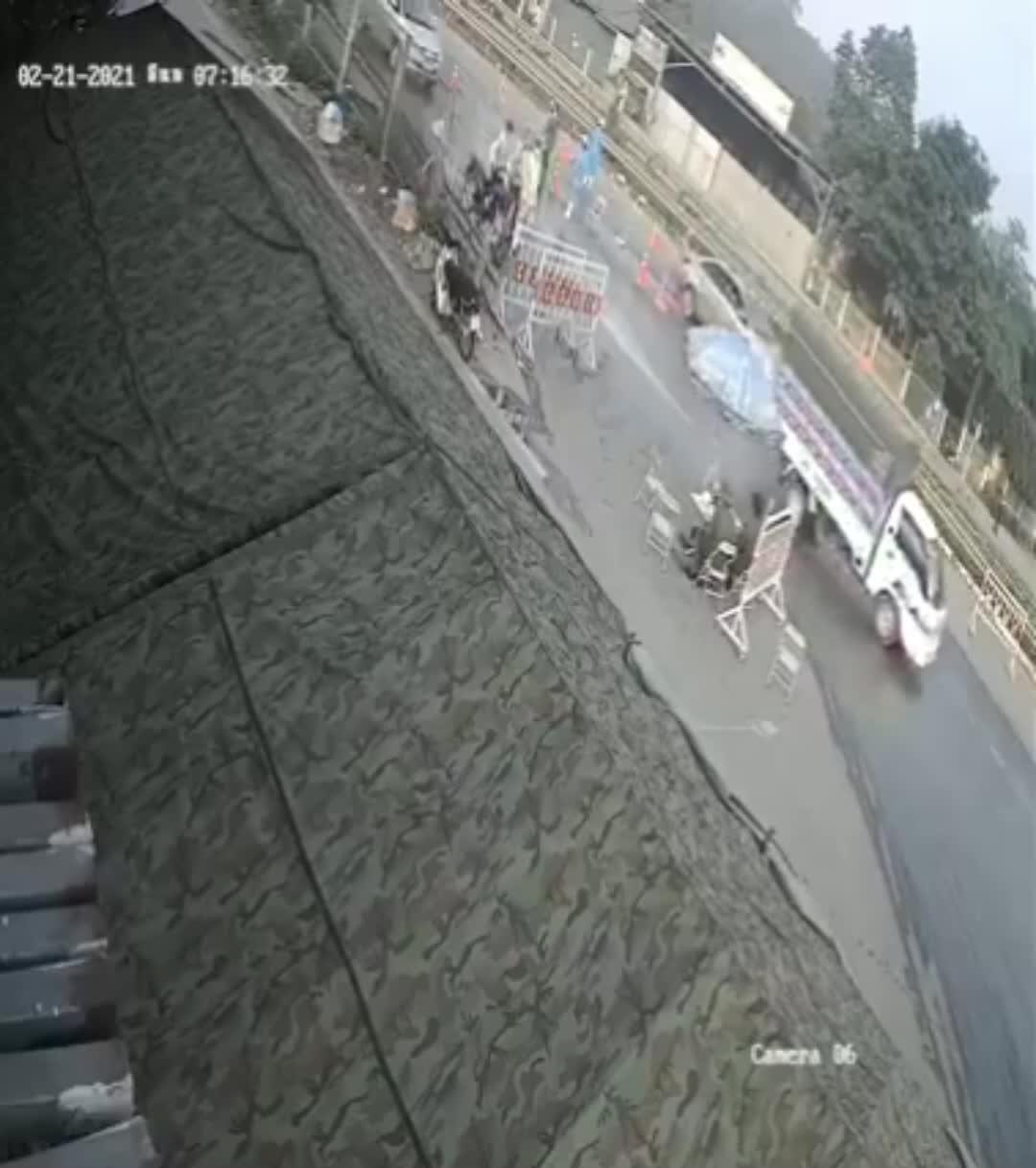 Bị CSGT dừng kiểm tra, người đàn ông bất ngờ nhảy lên xe bỏ chạy, húc đổ lán của chốt kiểm dịch