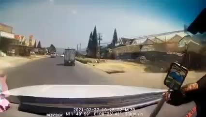 khoảnh khắc ô tô 4 chỗ lấn làn, húc xe tải lật nghiêng, gây tai nạn liên hoàn ở lâm đồng