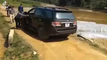 nhóm người hò nhau đẩy ô tô giúp tài xế thoát lầy, ai ngờ gây sự cố còn tồi tệ hơn