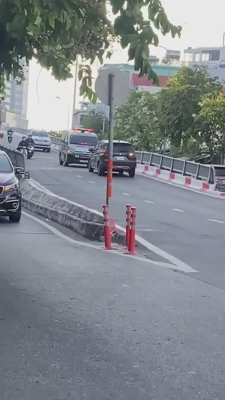 Ngang nhiên đi ngược chiều lên cầu. nữ tài xế bị xe cứu thương dạy cho một bài học