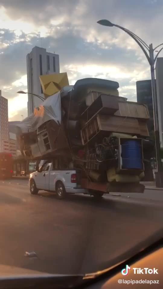 Khó tin cảnh bán tải Ford chở theo cả căn nhà