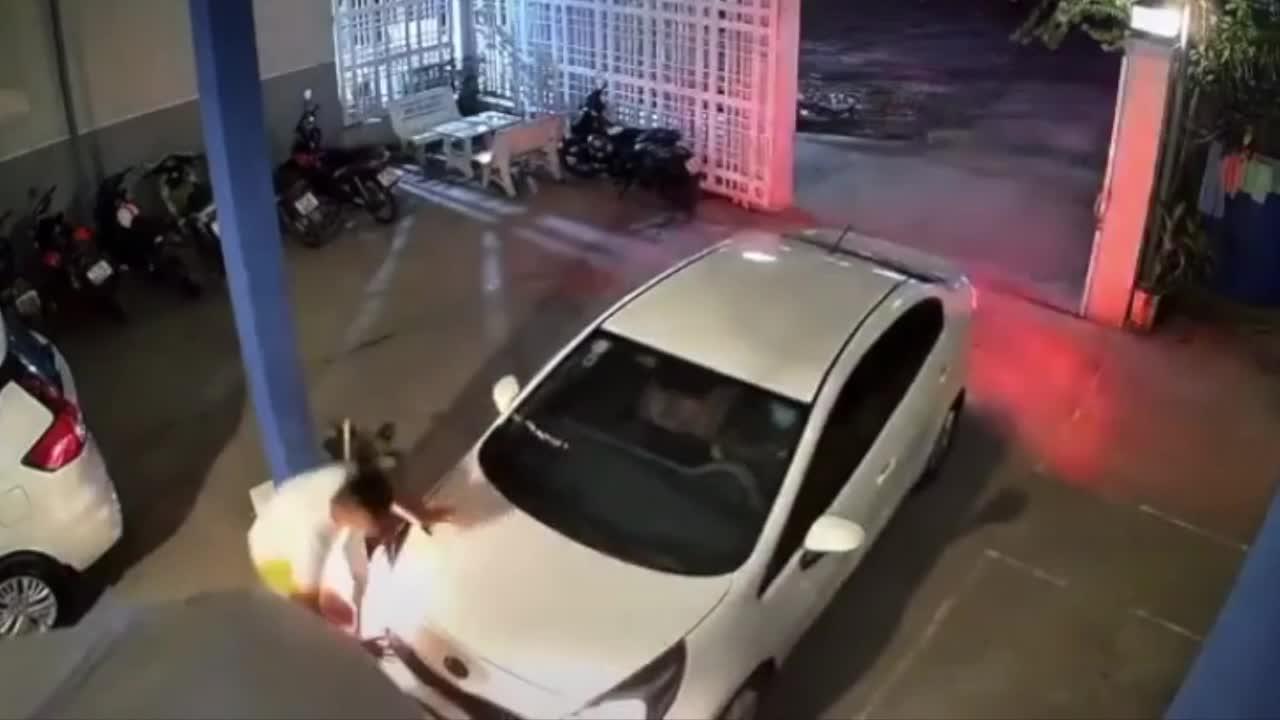 Tai nạn bất ngờ khi hướng dẫn xe vào nhà