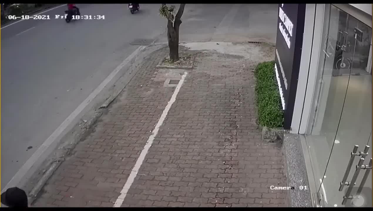 Trộm xe bất thành, tên trộm dính đón của chủ nhà ngã sõng soài ra đường