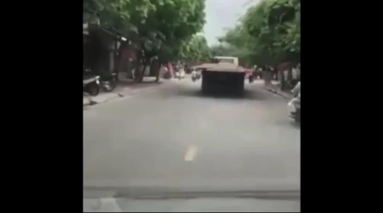 """Xe tải """"lê máy chém"""" trên đường phố khiến các phương tiện phía sau run rẩy sợ hãi."""