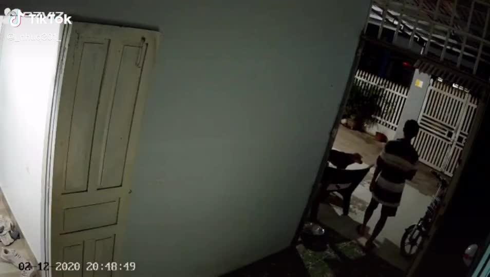 Hành động lạ của người cha khi thấy con gái đi học về muộn