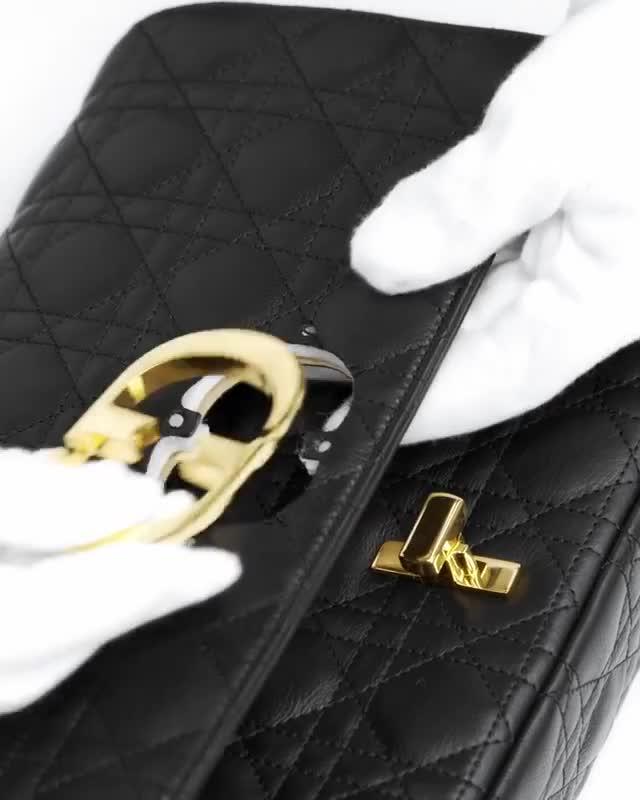 """""""Wow"""" với quy trình chế tác túi Dior Caro"""