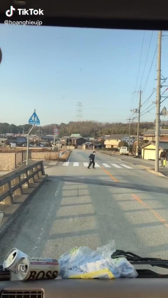 Hành động bất ngờ của cậu học trò Nhật Bản khi thấy tài xế nhường đường cho mình