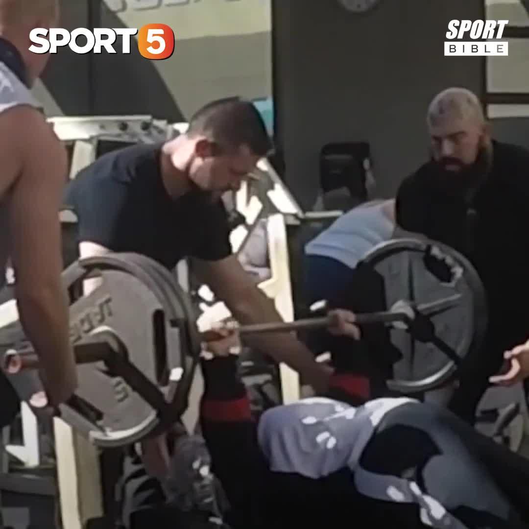 """Thanh niên lác mắt nhìn """"bà cụ"""" squat 140 kg, deadlift 190 kg"""
