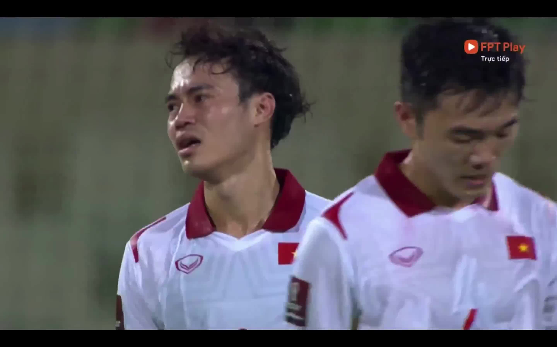 Các cầu thủ Việt Nam không giấu nổi sự thất vọng sau thất bại trước Trung Quốc