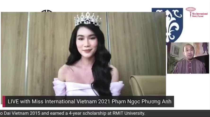 """Á hậu 1 Phương Anh """"bắn"""" tiếng Anh vèo vèo với giám đốc cuộc thi Miss International khi livestream"""