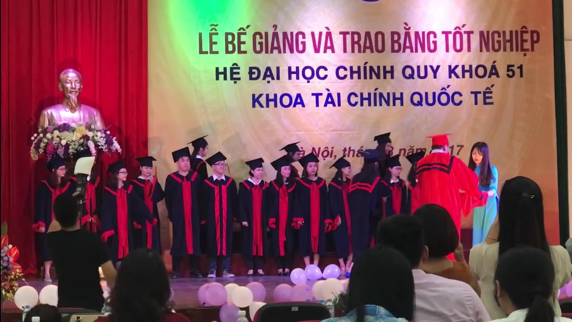 Hậu Hoàng lầy lội trong ngày tốt nghiệp đại học