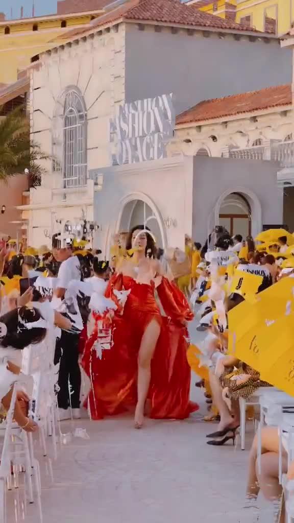 Màn catwalk của HH Đỗ Mỹ Linh trong vị trí vedette tại Fashion Voyage #3