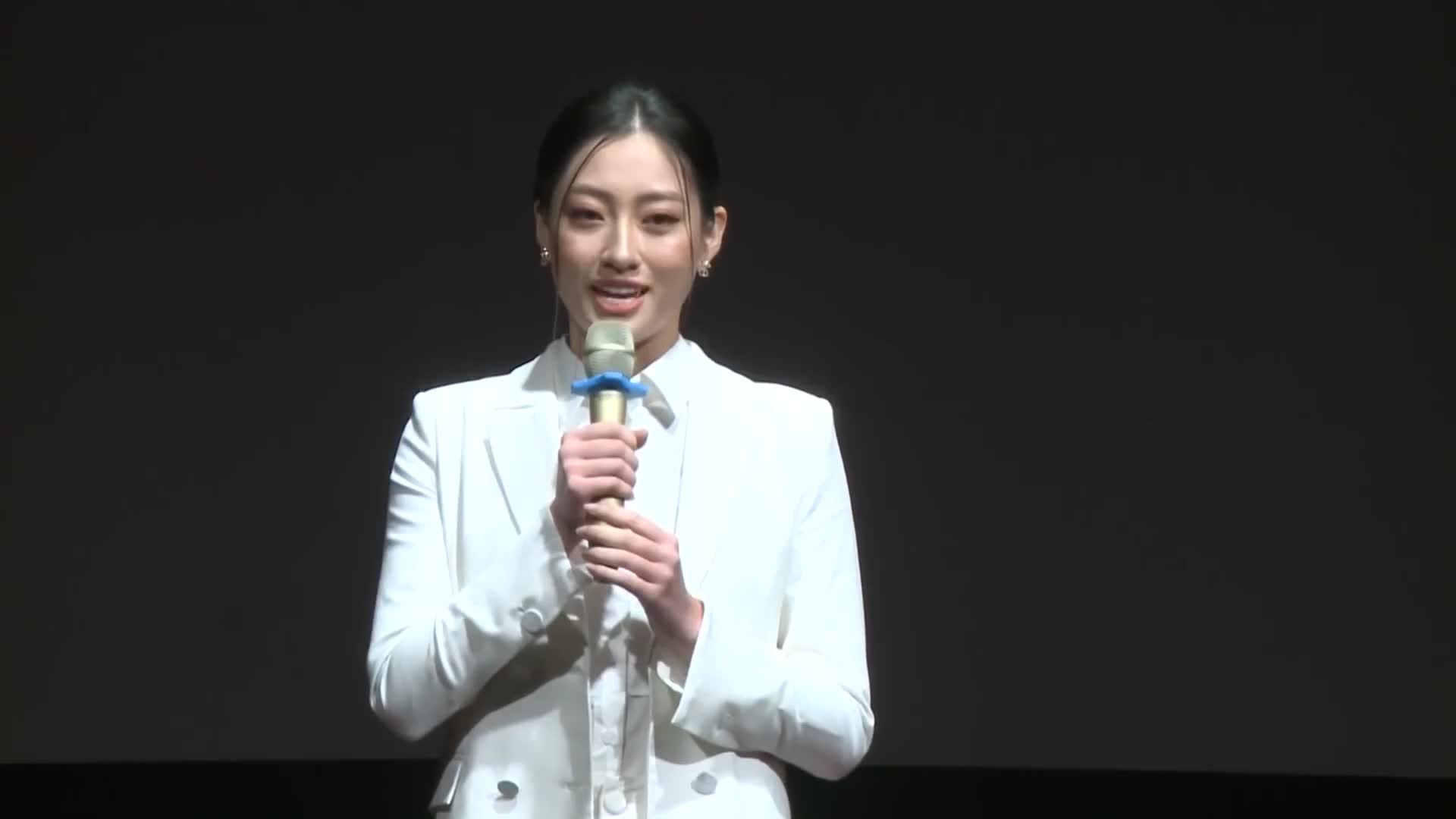 Hoa hậu Lương Thùy Linh diễn thuyết bằng Tiếng Anh