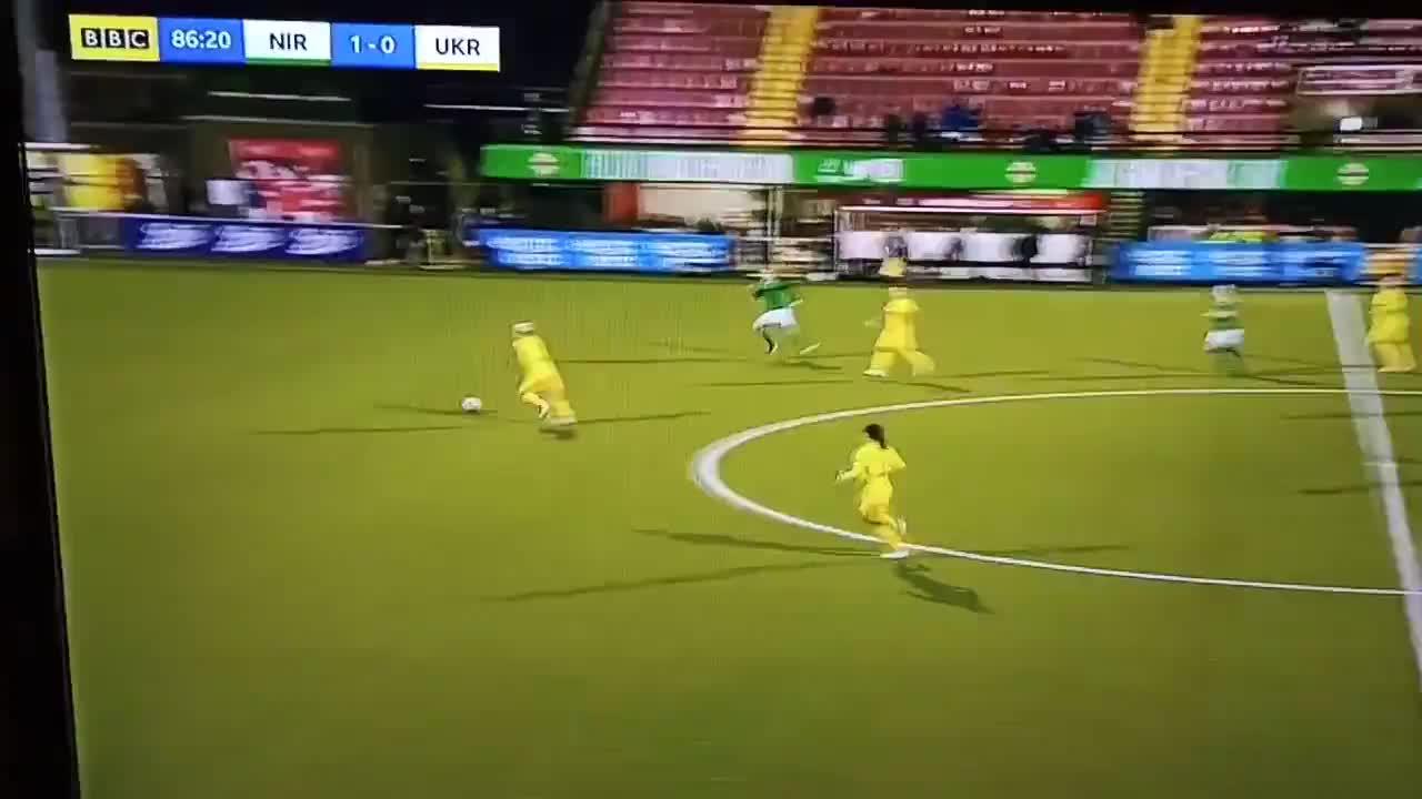 """Pha bỏ bóng """"ăn"""" người của nữ tuyển thủ Ukraine"""