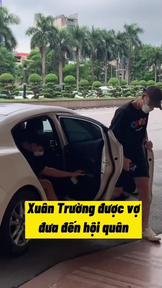Vợ Lương Xuân Trường gây tranh cãi vì ngồi bấm điện thoại trên xe, không tạm biệt khi đưa chồng lên tuyển tập trung