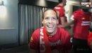 Dàn sao Liverpool ùa vào phá hỏng buổi phỏng vấn của Van Dijk