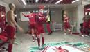 Cầu thủ Liverpool làm loạn phòng thay đồ, ăn mừng chiếc cúp vô địch Ngoại hạng Anh