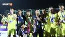 Xúc động hình ảnh cha mẹ các cầu thủ U17 Sông Lam Nghệ An đến sân cổ vũ