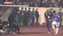 Rời sân sớm vì chấn thương, Hùng Dũng thẫn thờ nhìn Hà Nội FC thua tan nát từ cabin