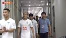 HLV Vũ Tiến Thành của Sài Gòn FC ôm Công Phượng trong đường hầm trước khi ra thi đấu