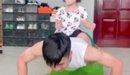Tiến Dũng và con gái tranh nhau gối đầu lên chân Khánh Linh