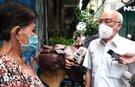 Lãnh đạo Thành ủy TP HCM thăm, tặng quà người dân khó khăn ở quận 3