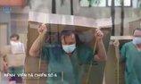 Xúc động hình ảnh y bác sĩ còng lưng vác đồ dưới trời mưa ở BV dã chiến