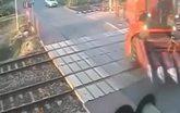 Container bị xẻ đôi khi đi qua đường tàu