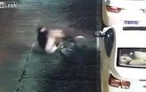 Người đàn ông nhận cái kết đắng vì xả giận vào gương ô tô
