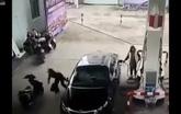Mải bơm xăng, người phụ nữ bị trộm lấy túi xách mà không hề hay biết