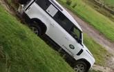 Offroad thôi chưa đủ, Land Rover Defender còn làm người dùng thuyết phục qua tình huống này