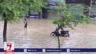 Nước lũ dâng cao chia cắt nhiều khu dân cư ở Bình Định