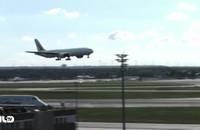 Clip: Cú hạ cánh cực kỳ ngoạn mục của Boeing 777 trên sân bay Đức