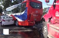 Container lao vào dòng xe dừng đèn đỏ, 2 người nhập viện cấp cứu