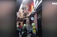 Giải cứu người phụ nữ trong đám cháy ở phố Bùi Viện sáng cuối năm
