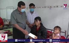 Thăm tặng quà các nạn nhân xã Trà Leng