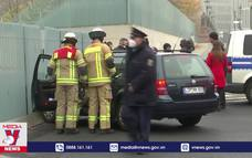 Lao xe vào cổng Phủ Thủ tướng Đức
