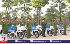 Bàn giao 112 xe mô tô cho công an chính quy