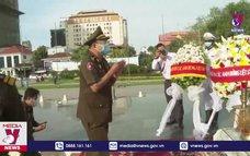 Dâng hương tại Đài Hữu nghị Việt Nam - Campuchia