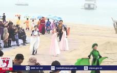 Duyên dáng tà áo dài bên bờ Vịnh Bái Tử Long