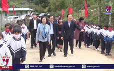 Trưởng Ban Dân vận Trung ương thăm học sinh vùng dân tộc thiểu số