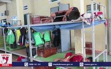 Sau bão, học sinh bán trú phải ngủ tạm ngoài hiên