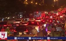 Mưa lớn gây ùn tắc nhiều giờ tại Hà Nội