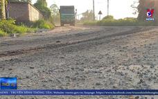 Xe tải chở đất cày phá đường tại Bắc Giang